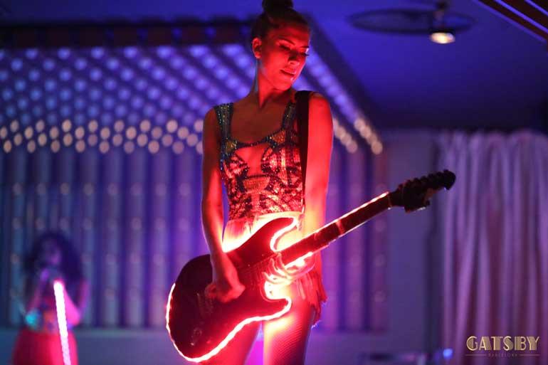 Los shows son renovados cada seis meses y en ellos participan cantantes y músicos en directo.