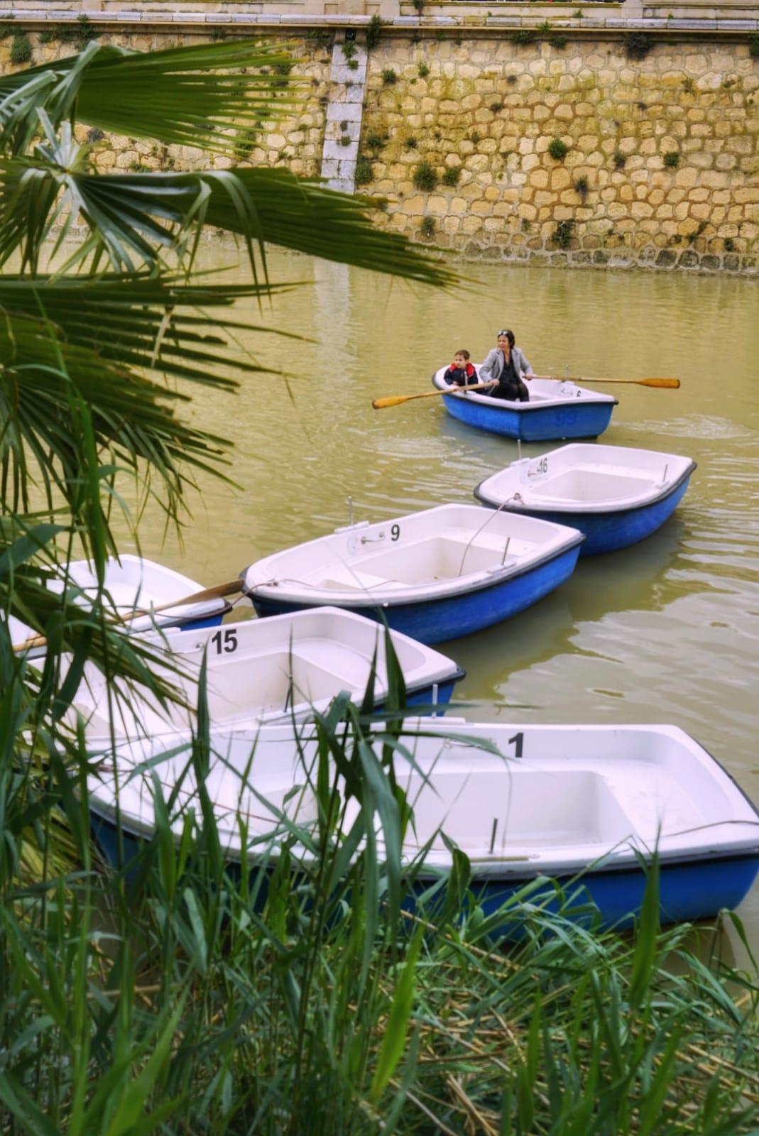Los niños se lo pasan en grande recorriendo en barca el río Segura