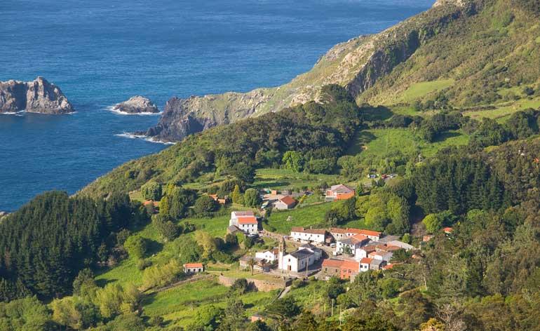 San Andrés de Teixido, uno de los emplazamientos más bonitos de la ruta de los faros