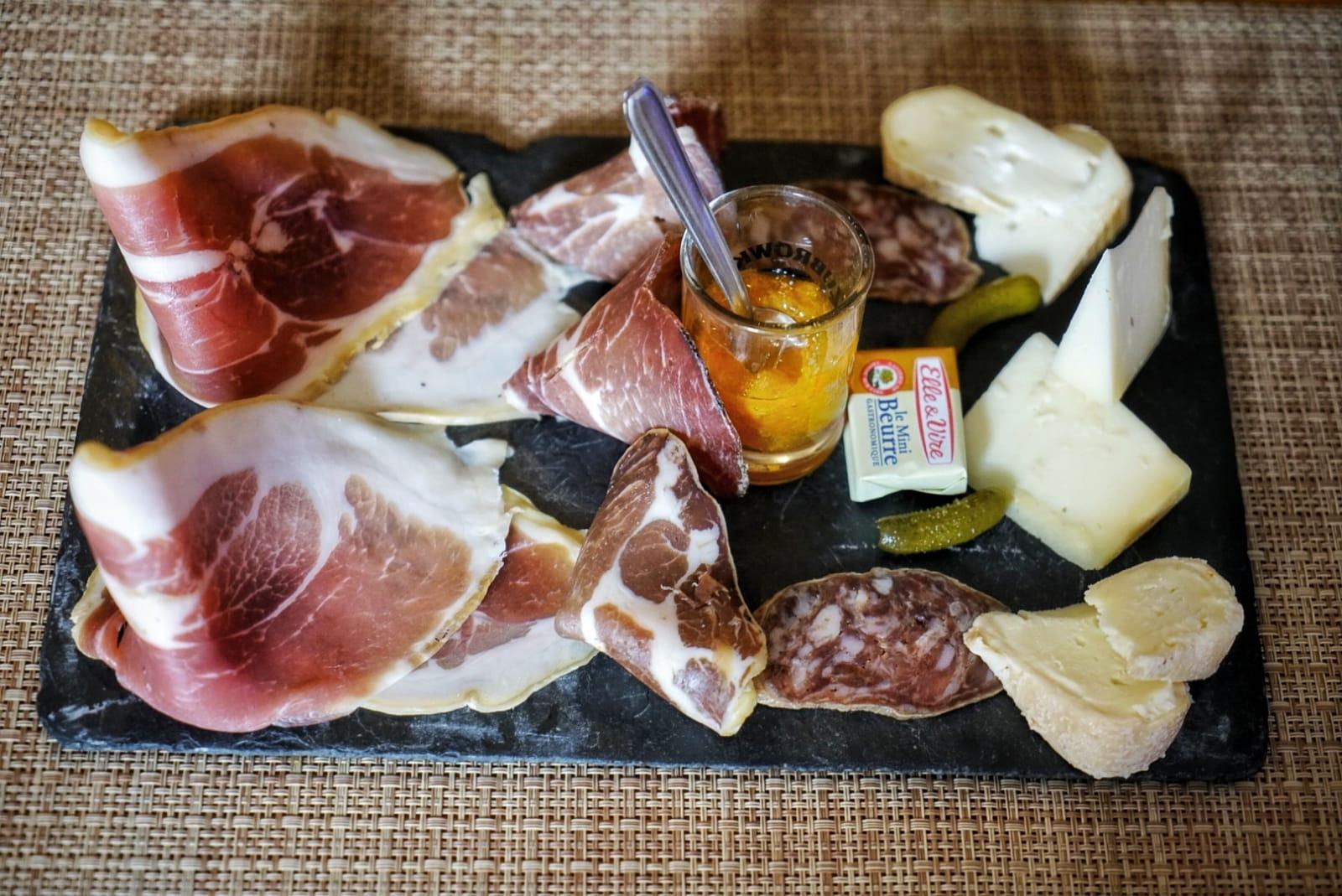 Tabla de embutidos y quesos corsos