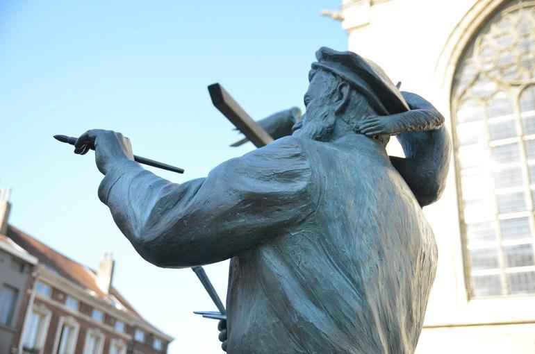 """Escultura """"La ventana abierta"""" de Tom Frantzen, en la Plaza de la Capilla."""