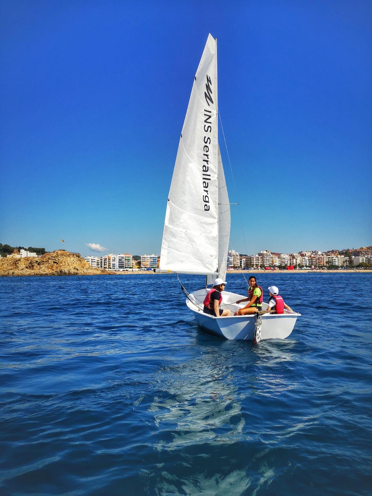 El Club de Vela de Blanes propone a los niños múltiples actividades para hacer en el mar
