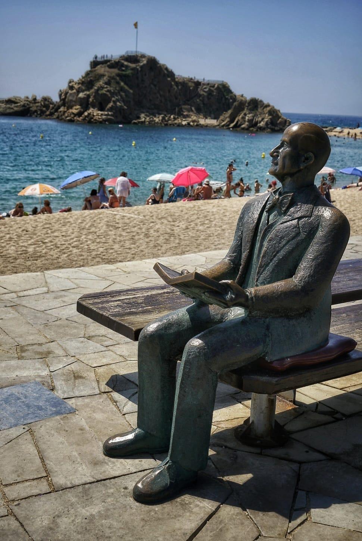 Paseo marítimo de Blanes con la estatua de Karl Faust, impulsor de los Jardines Marimurtra