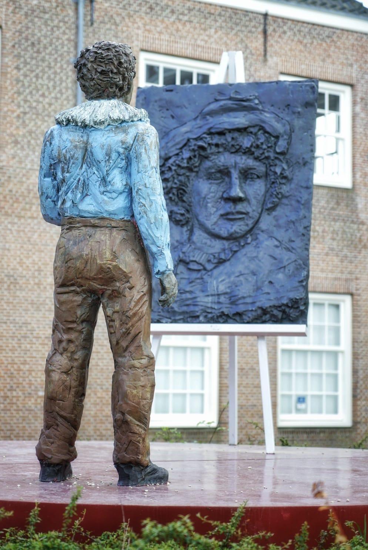 Escultura homenaje a Rembrandt de Stephan Balkenhol