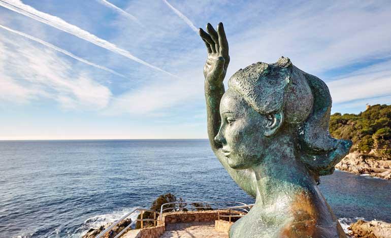 La escultura Dona Marinera rinde homenaje a las mujeres de los marineros y pescadores que se hicieron a la mar para hacer las Américas