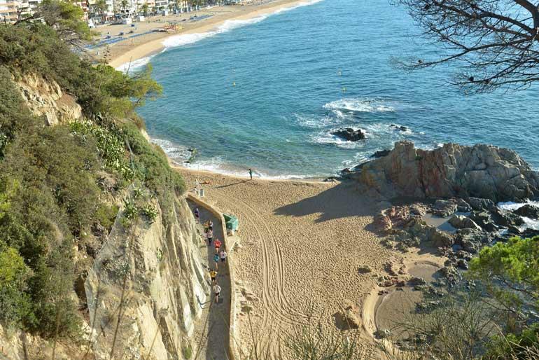 La marcha de las playas de Lloret de Mar permite a vecinos y visitantes disfrutar de algunos lugares desconocidos del municipio