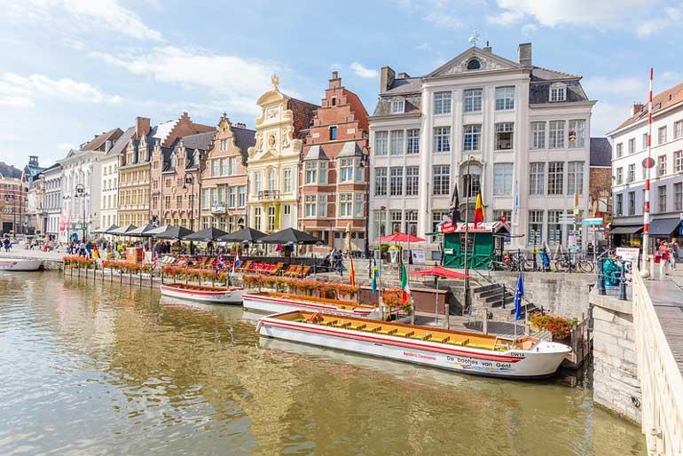 """En Gante se encuentra el retablo """"La adoración del cordero místico"""", la obra más famosa de Van Eyck."""