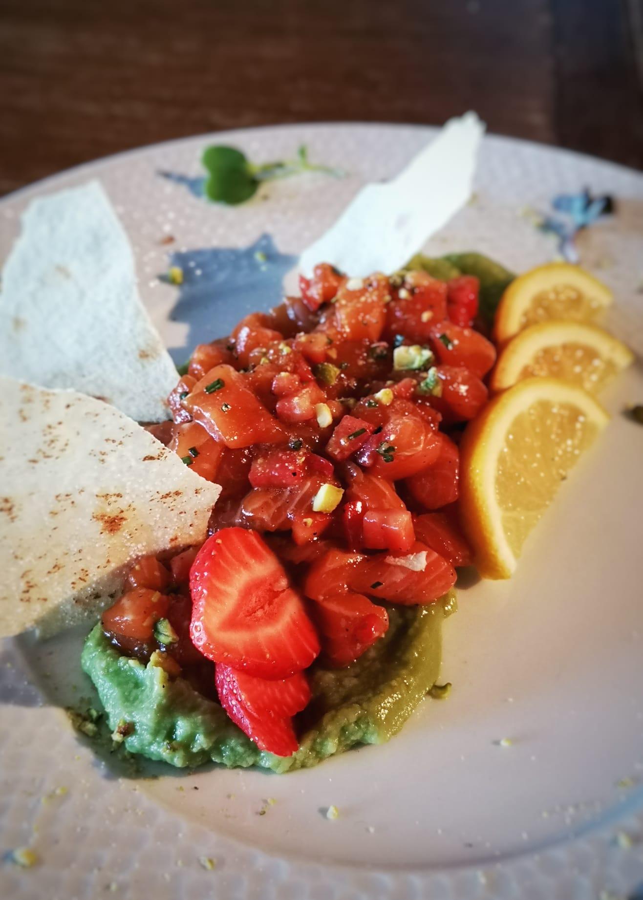 Tartar de salmón, guacamole y fresas