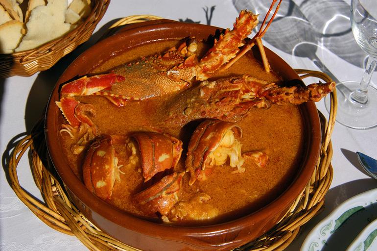 La caldereta de bogavante es uno de los platos más típicos de la gastronomía menorquina