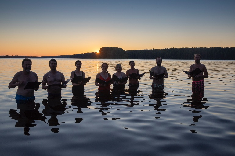 No se les ha hundido la embarcación. Están cantando bajo el sol de medianoche. Kuhmo Chamber Music Festival © Stefan Bremer