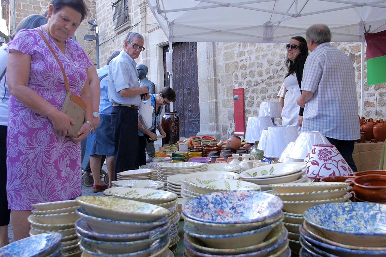 Puesto de cerámica en el Martes Mayor de Plasencia © Turismo de Extremadura