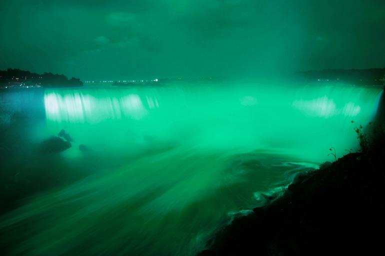 Cataratas del Niágara teñidas de verde