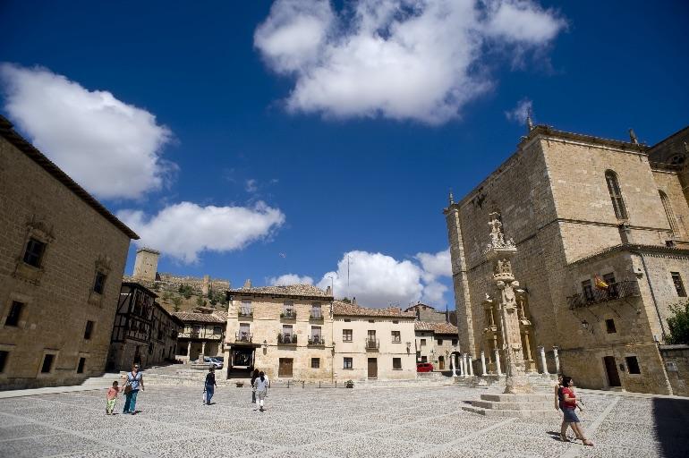 Plaza Mayor de Peñaranda de Duero con el castillo al fondo