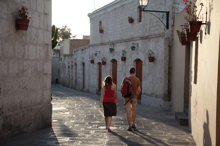 Turistas caminando en el Barrio de San Lázaro, en el Centro Histórico de Arequipa