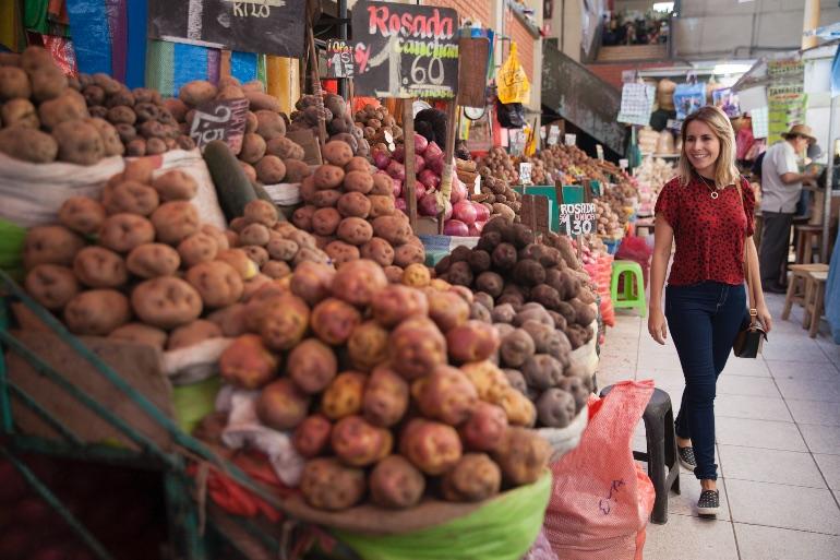 Turistas en Mercado San Camilo