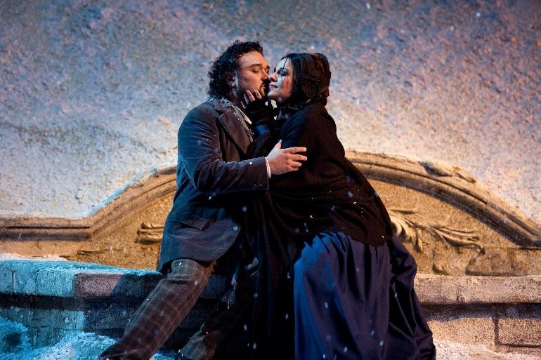 Ramon Vargas como Rodolfo y Angela Gheorghiu como Mimi en una escena de La Boheme de Puccini en el MET de Nueva York