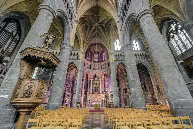 Interior de la colegiata de Notre Dame de Dinant www.anibaltrejo.com