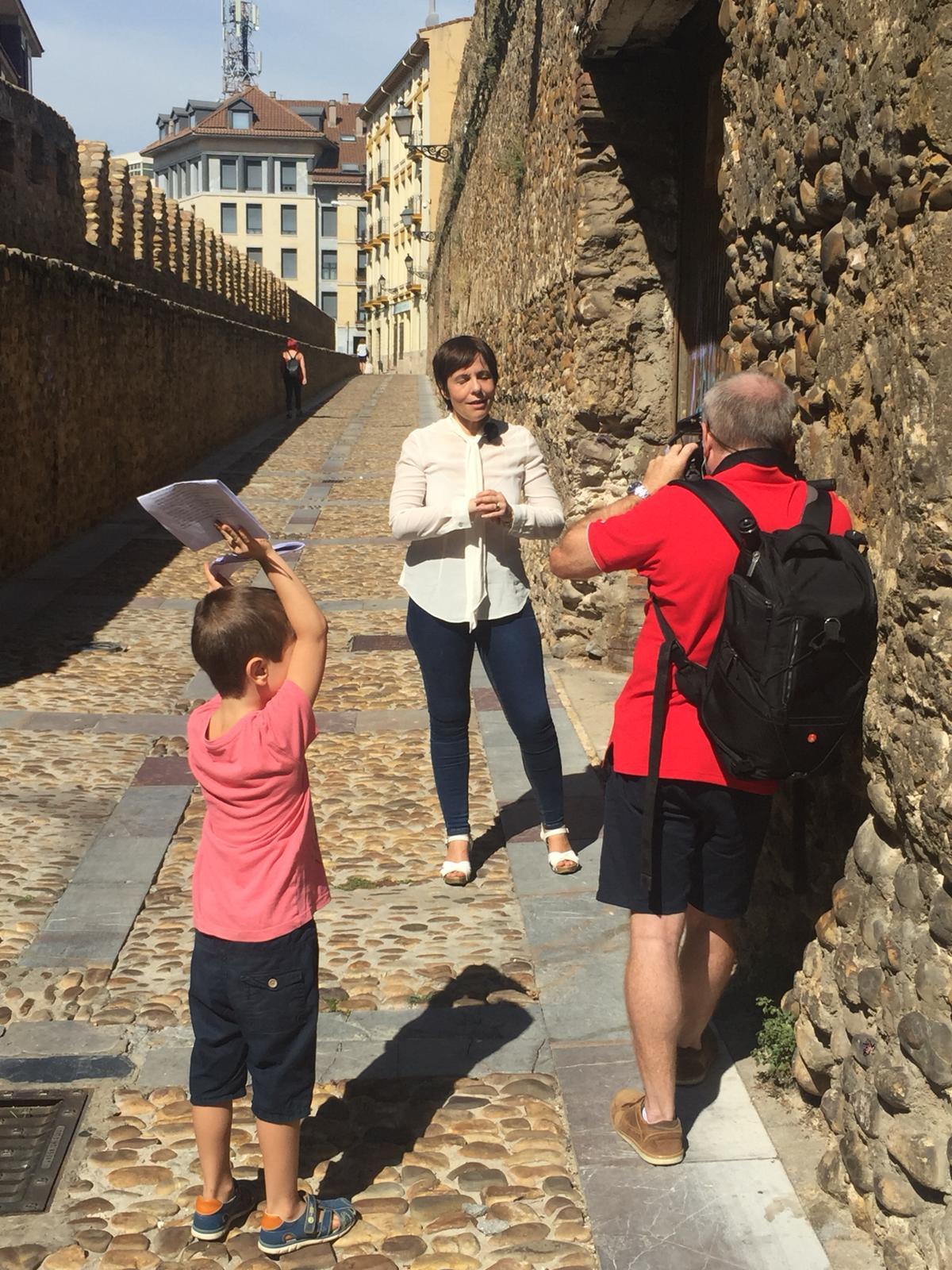Grabando en la muralla de León con un pequeño apuntador