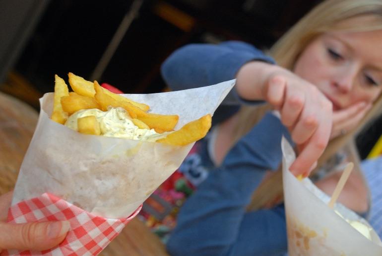 Los belgas bañan las patatas fritas con mayonesa...