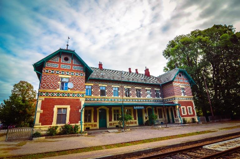 La estación de tren de Lednice destaca por su maravillosa fachada cubierta de cerámica