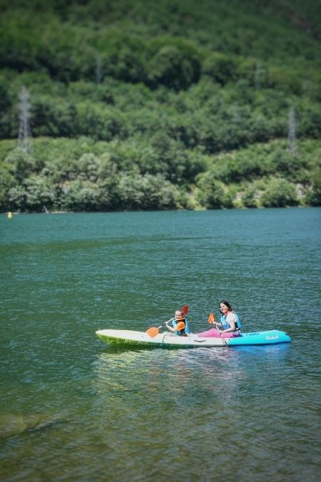 Hacer kayak en el embalse de la Torrassa es una experiencia relajante