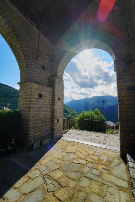 Desde la iglesia de Durro se tienen unas vistas magníficas de la ermita de Sant Quirc