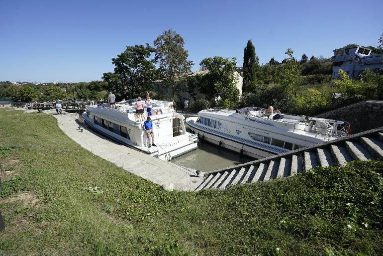 Los barcos que navegan el Canal du Midi han salvar las 9 esclusas de Fonsérannes