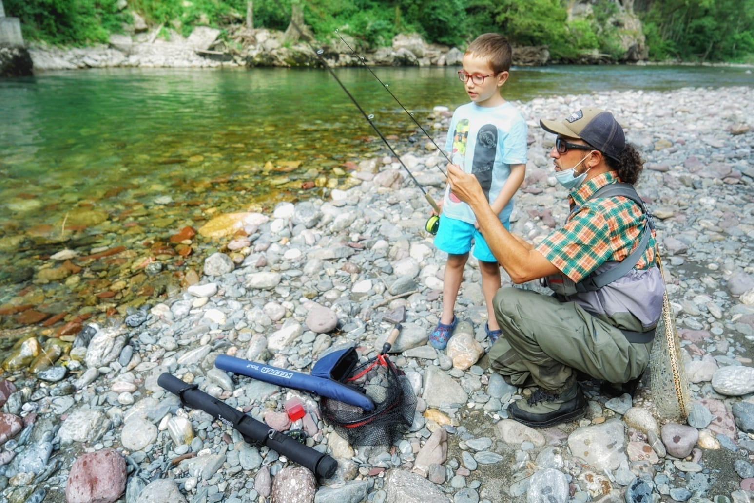 Los niños prestan mucha atención al monitor durante las clases de pesca