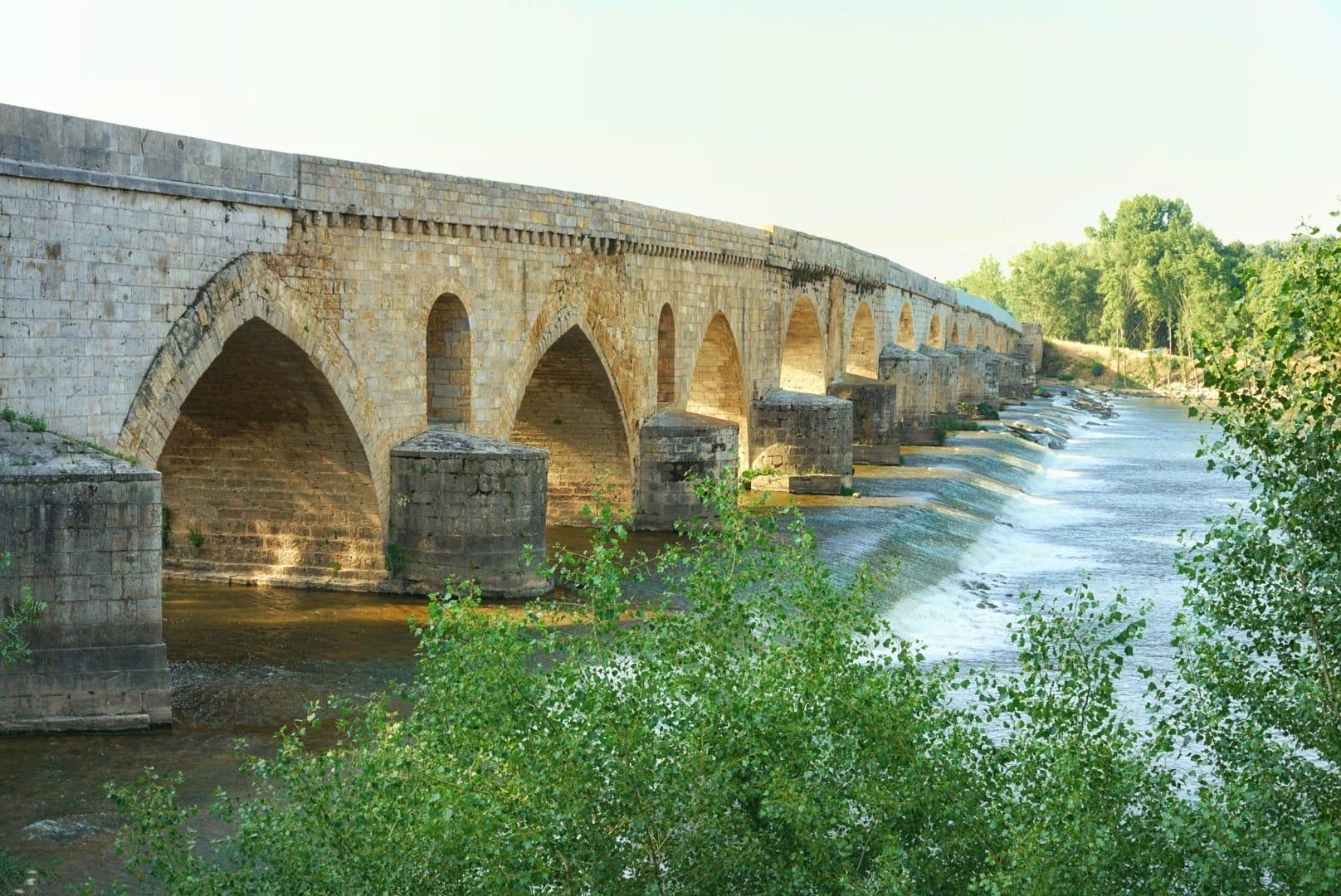 Puente románico de Toro. Las pilastras son de origen romano.