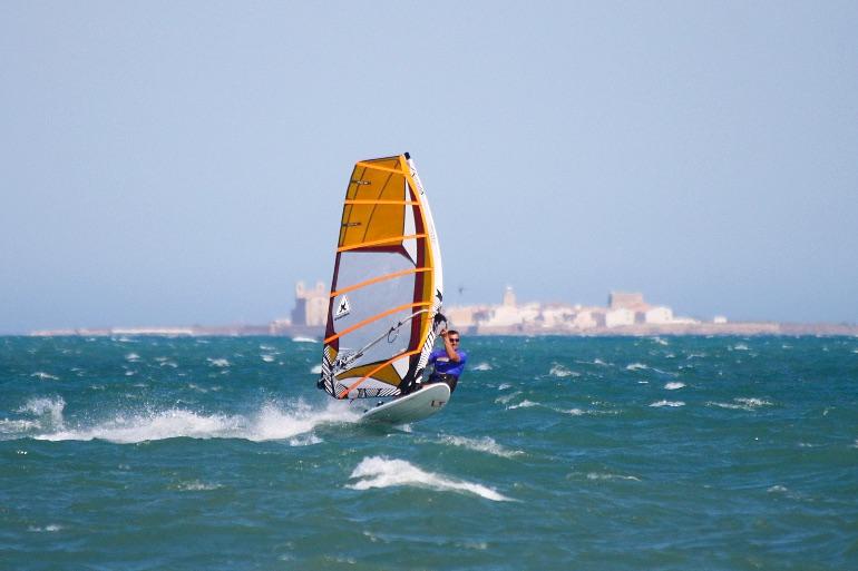Los aficionados al windsurf disfruta en Santa Pola