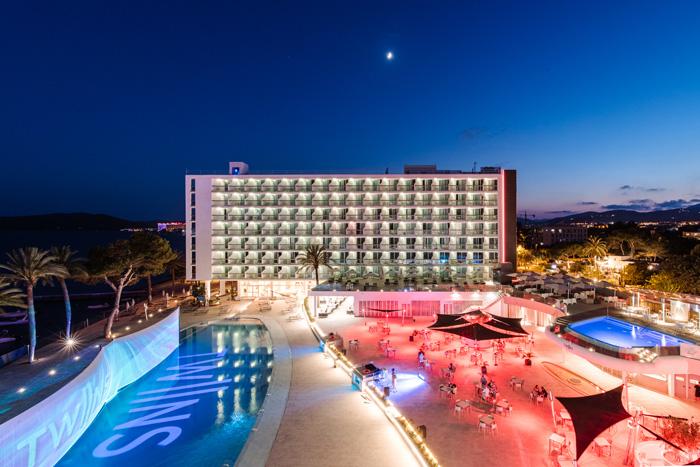 Piscina centra de The Ibiza Twiins
