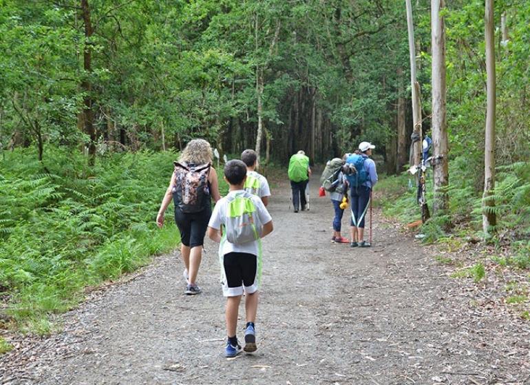 Muchos niños hacen el Camino de Santiago con sus padres