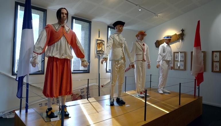 Trajes típicos que los participantes de las justas náuticas han usado a lo largo de la historia