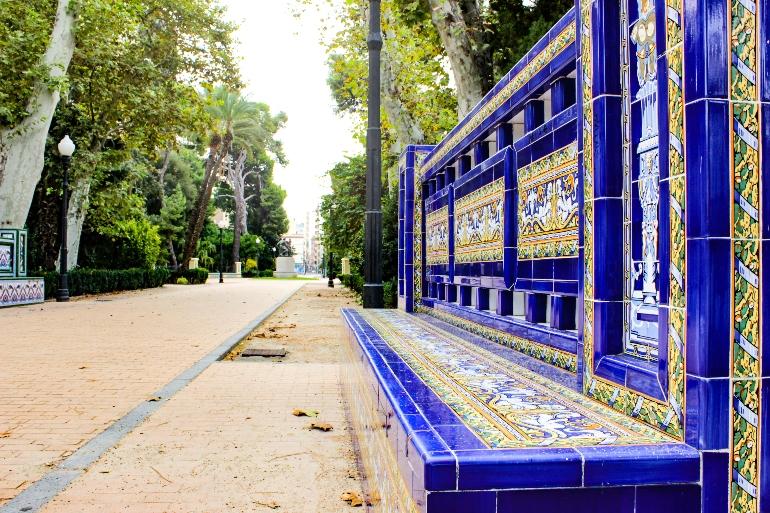 Precioso banco de cerámica en el Parque de Ribalta