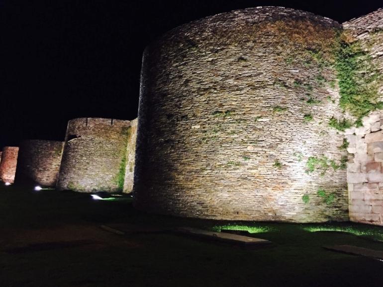 Vista nocturna de la muralla de Lugo