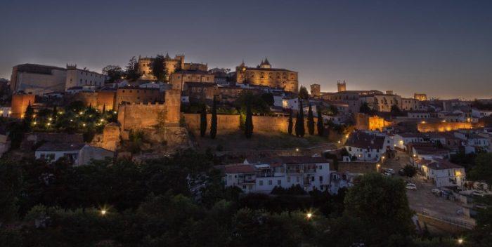 Vista nocturna de Cáceres