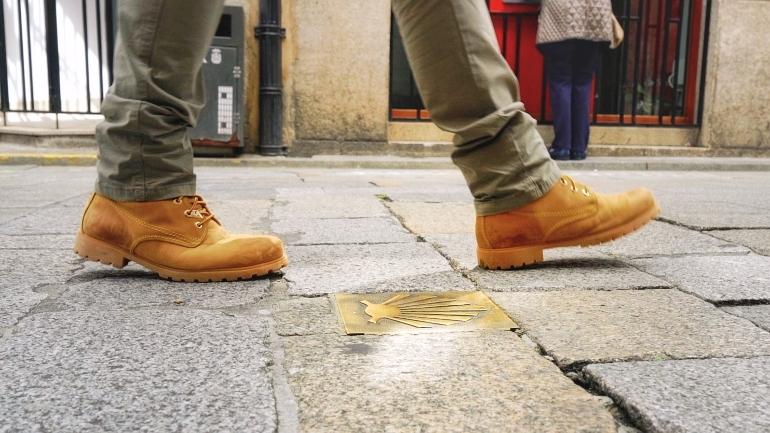 Concha del peregrino por una calle de Ferrol