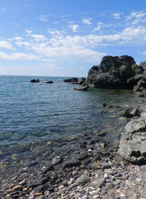 La pequeña playa del Caletón es uno de los atractivos que se visita mientras haces la Senda Mediterránea por Salobreña