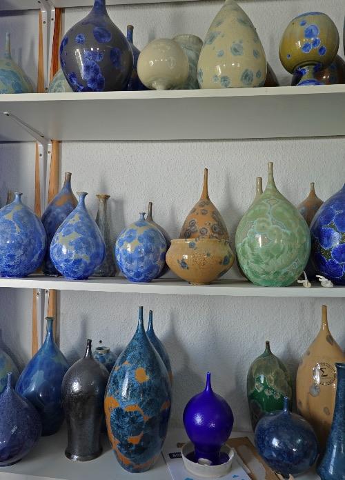 Piezas de cerámica de Emilio Alaminos, artista que tiene su taller en La Caleta