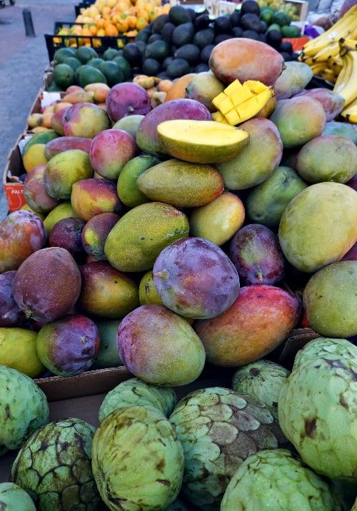 Frutas tropicales en el mercadillo de Salobreña