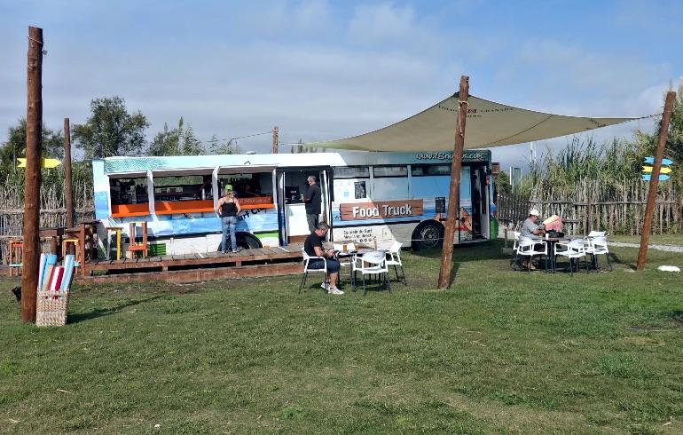 Food truck del club 18 nudos situado en la Playa Punta del Río, en Salobreña