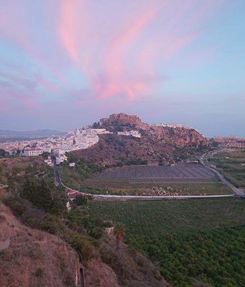 Aunque para vistas, las del Hotel Miba. Al fondo el pueblo de Salobreña coronado por su castillo.