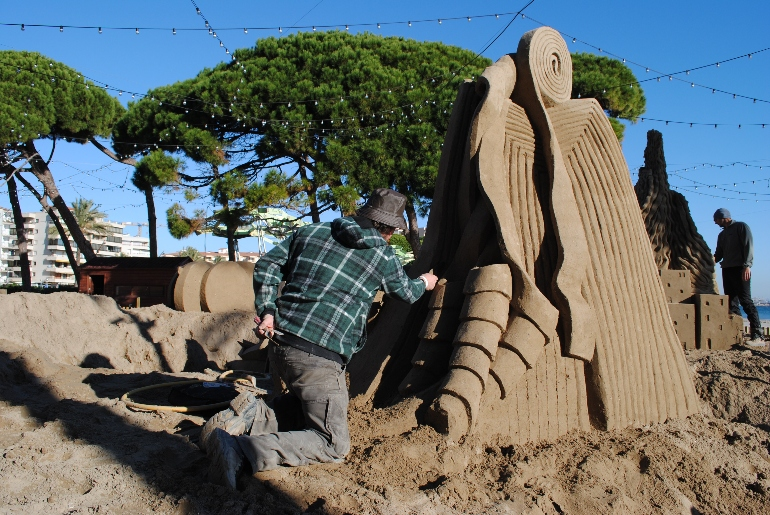 Varios artistas procedentes de diferentes partes del mundo son los encargados de realizar esta curiosa obra escultórica
