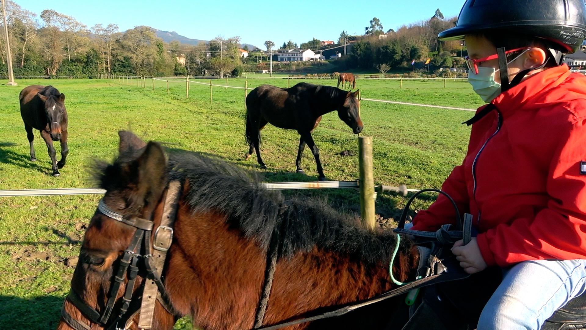 Montar a caballo siempre es una opción que a los pequeños les hace gracia