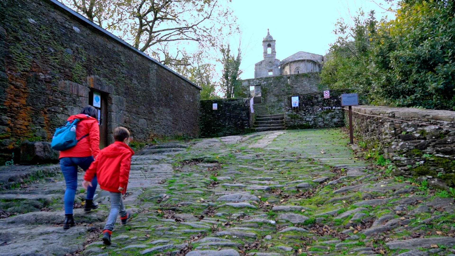 Una excursión a las Fragas do Eume acaba con una visita al Monasterio de Caaveiro