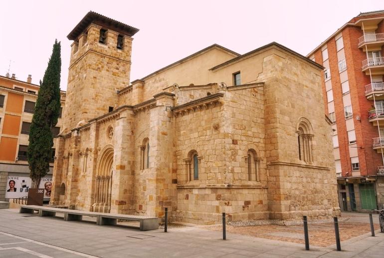 La iglesia de Santiago del Burgo está en la calle Santa Clara entre la Plaza de Castilla y León y la Plaza Zorrilla