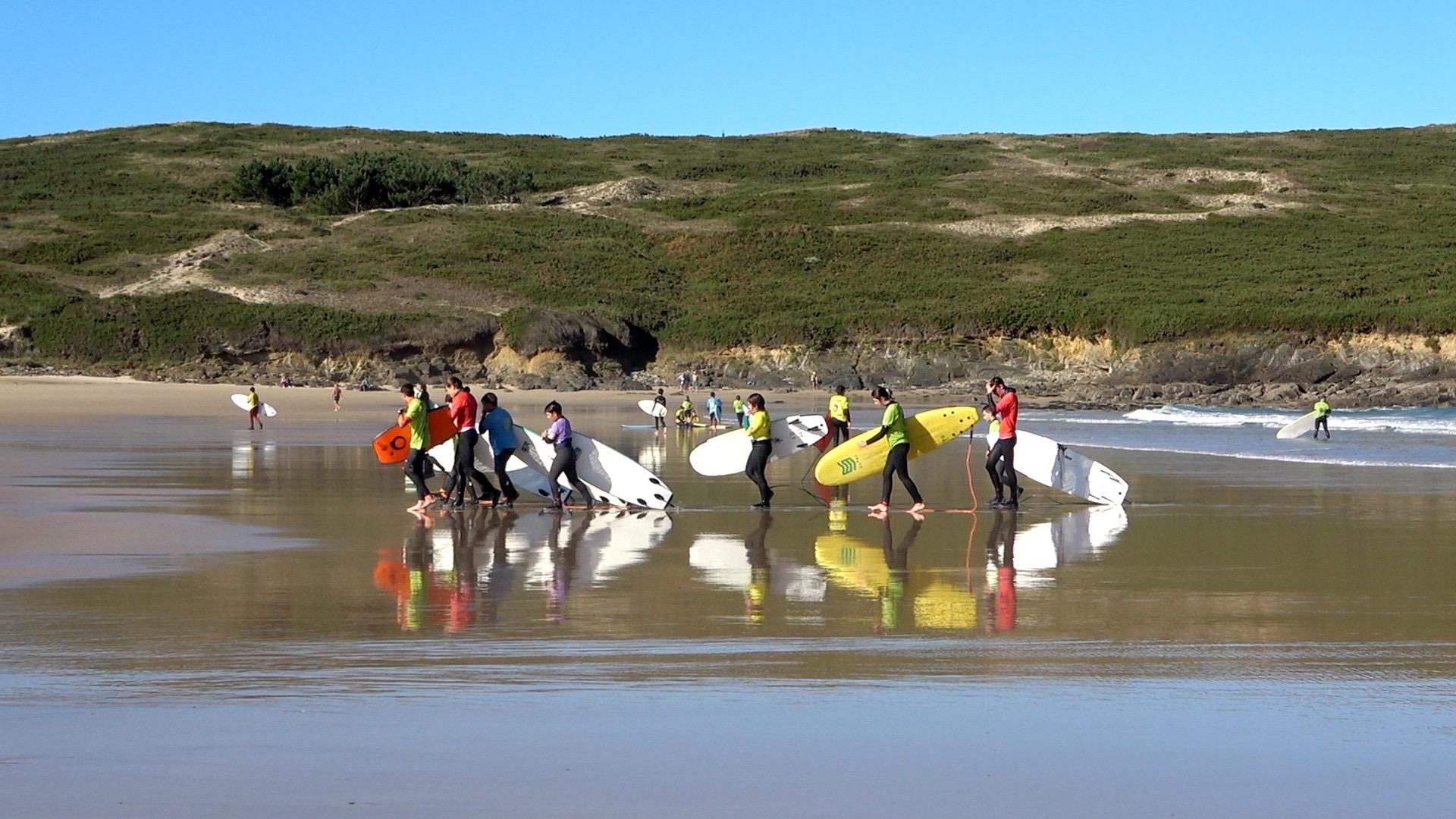 El surf en Ferrolterra se puede practicar durante todo el año gracias a los trajes de neopreno. En Galicia el agua está fría todo el año.