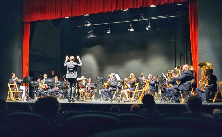 Actuación de la asociación musical L'Avanç, la banda de la localidad