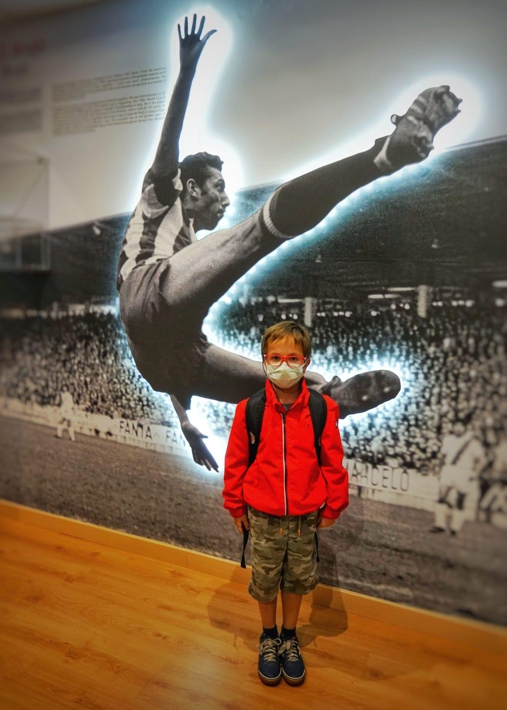 En El Molinón Tour los niños descubren quién fue Enrique Castro Quini, uno de los mejores jugares de fútbol que ha dado Asturias