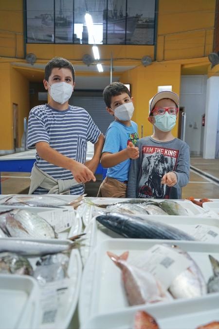 Los niños se lo pasan fenomenal en las subastas de pescado de El Campello